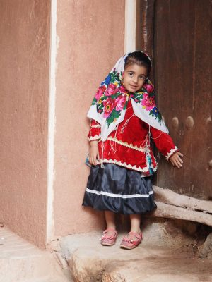 Kind in Tracht in Abyaneh / Iran