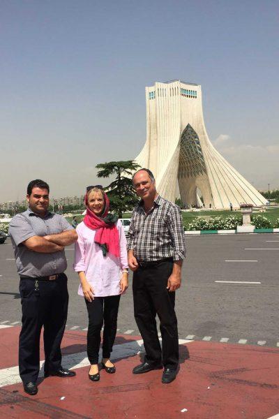 Busfahrer und Reiseleiter vor dem Azadi-Turm in Teheran / Iran